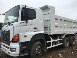truk pembuangan HINO 700
